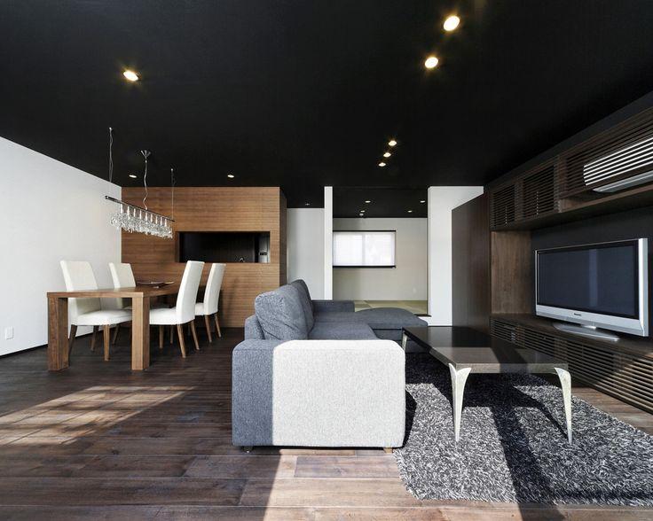 生活感の出やすいキッチンを囲い、ラウンジバーのような心地よいオトナの空間を仕上げたLDK