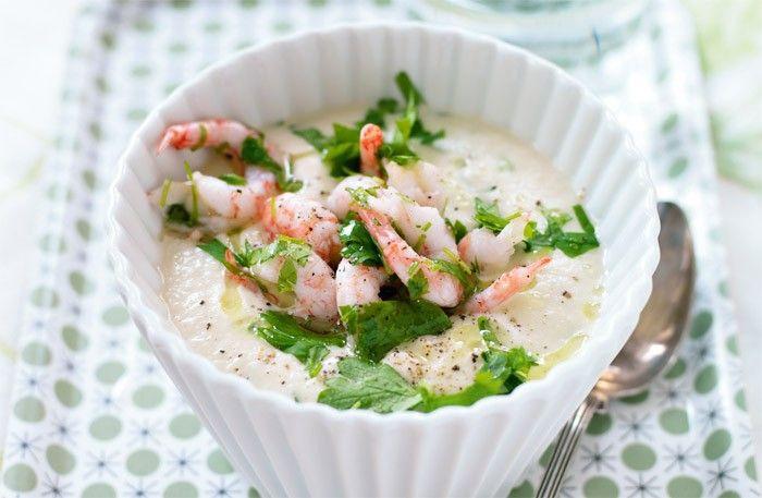 Recept på blomkålssoppa med räkor. Den här milda soppan kan serveras både varm och kall.