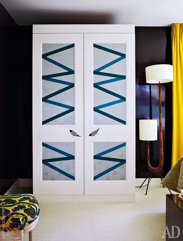 Стены гостевой спальни покрашены в цвет кока-колы, как гостиная в доме Дэвида Хикса в Челси. Шкаф выполнен по дизайну Эшли Хикса — рисунок на дверцах выложен лентами.