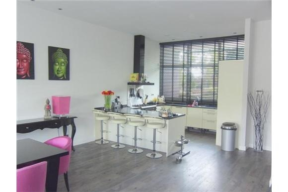 Grote open woonkeuken aan de voorzijde van de woning met eetbar granieten aanrechtblad brede - Decoratie woonkamer met open keuken ...
