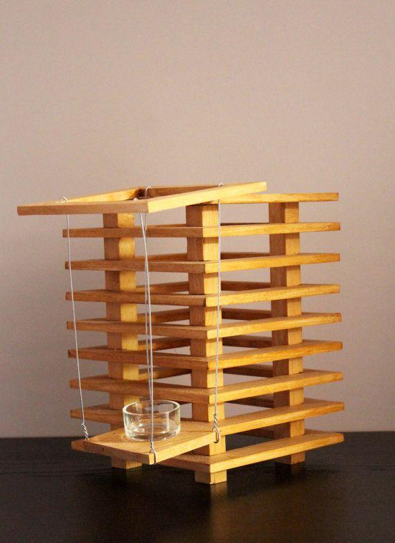 Modernes Holzlaterne, dass Ihr Haus das ganze Jahr aufhellen oder im Freien.  Dieses Produkt ist 100% Handarbeit in Belgien.  Sie können es auf Ihrer Treppe setzen, auf einem Tisch, Regal, Halterung ...  Abnehmbarer deckel offen, so dass durch ein system suspension heben sie den kerzenhalter für eine einfache zündung.  Honig Farbe Wenn elektrische, Birne nicht im Lieferumfang enthalten  Größe: Leicht unterschiedlicher Größe Höhe: 25,5 cm Breite: 18 cm Tiefe: 18 cm