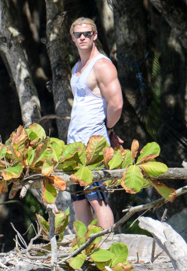 LOOK AT CHRIS HEMSWORTH AND HIS ARM. | Have Mercy, Look At Chris Hemsworth's Muscles