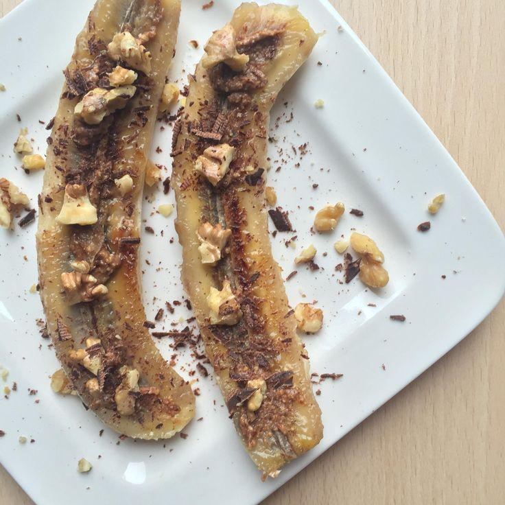 GEBAKKEN BANAAN Ingrediënten voor 1 persoon 1 banaan, in de lengte doormidden gesneden 1 el amandelpasta 1 stukje pure chocolade (Tony Chocolonely bijv.) 3 walnoten/pecannoten, grofgehakt snuf kaneel Methode Verwarm een koekenpan op middelhoog vuur. Leg je banaan erin met de binnenkant naar beneden (dit wordt de bak kant) ik gebruikte geen olie, maar je kan een beetje kokosolie gebruiken. Laat ze ongeveer 4 minuten bakken totdat ze goudbruin kleuren en karameliseren.