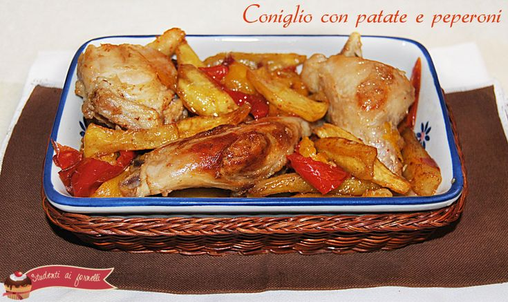 Il coniglio con patate e peperoni è un secondo tipico dei pranzi della domenica, delle festività. Ricetta coniglio con patate e peperoni. facile e gustosa.