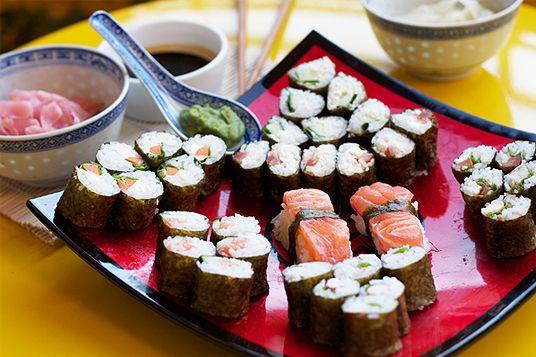 Ich zeige euch, wie ihr günstig Maki Sushi selber machen könnt. Wer gern Sushi essen geht, wird es lieben, selbst Sushi zubereiten zu können..