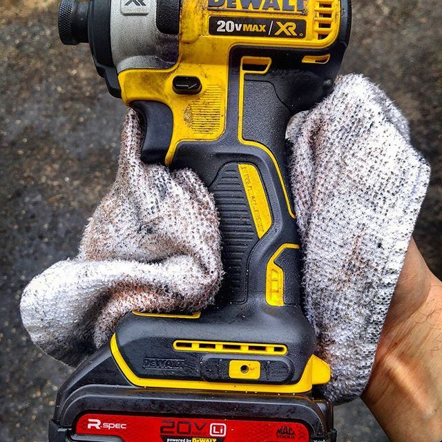 I work in a automotive shop so I was super happy to get one of these Mac Tools R-Spec 20v Max batteries. Mac power tools use batteries made by Dewalt that are designed to be oil resistant and are encased in a soft, grippy material unlike the hard plastic Dewalt batteries. Plus they look uber cool! What do you think? #dewalt #dewalttough #yellow #tools #tool #dewaltcanada #powertools #cordlessdrill #mac #mactools #automotive #cars #truck #oil #tough #dirt #red #love #like #awesome #good…