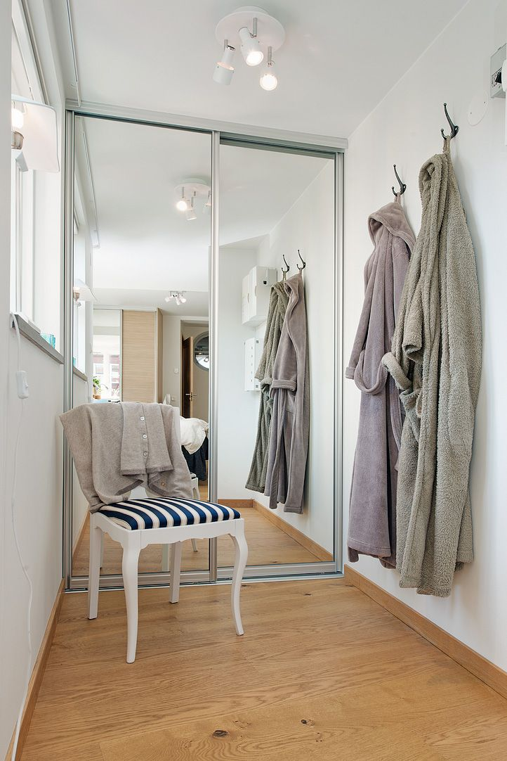 Bra förvaring med en öppen walk-in-closet...