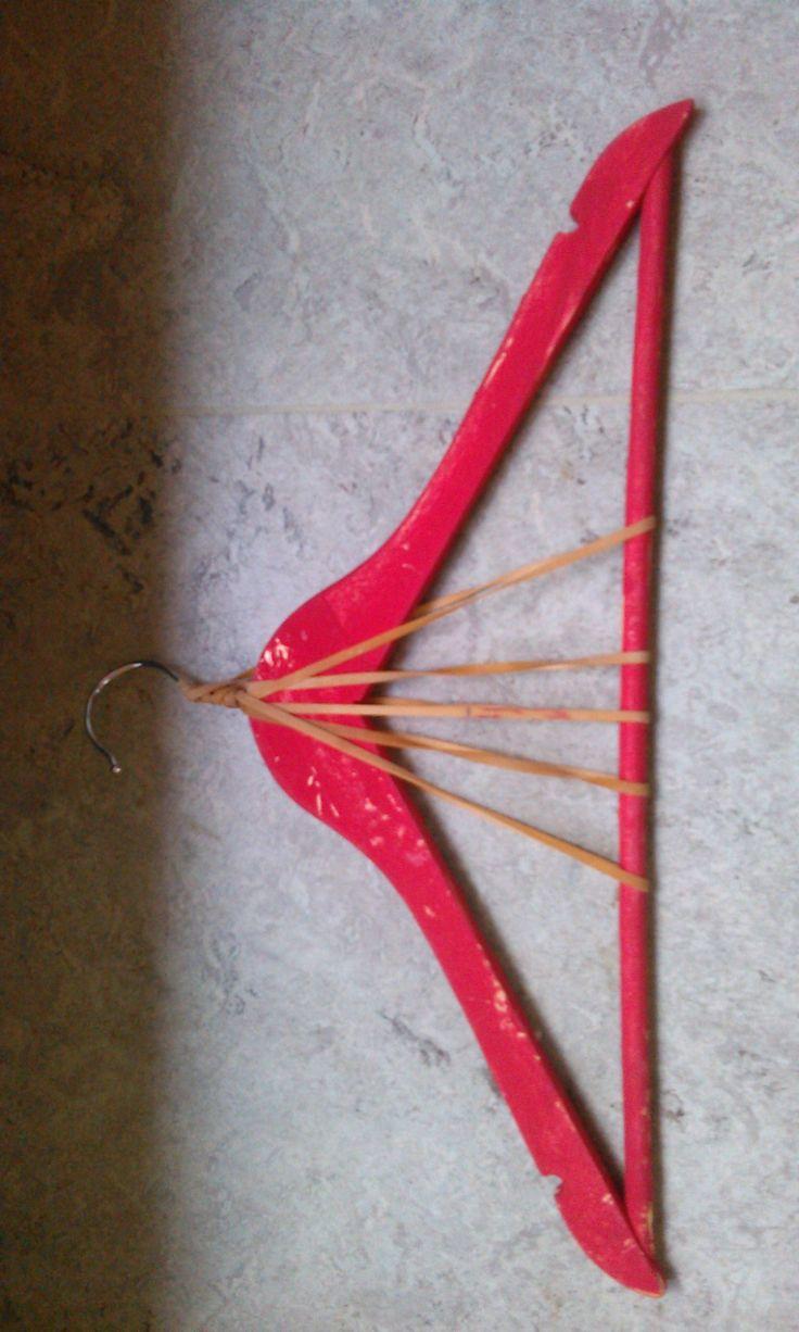 Snaarachtig instrument. Kleuters maken met een zaag kleine inkepingen om de ''snaren'' op hun plaats te houden. De snaren worden opgespannen door meermaals te draain rond de haak. (Idee en uitwerking Yoni Quintens)