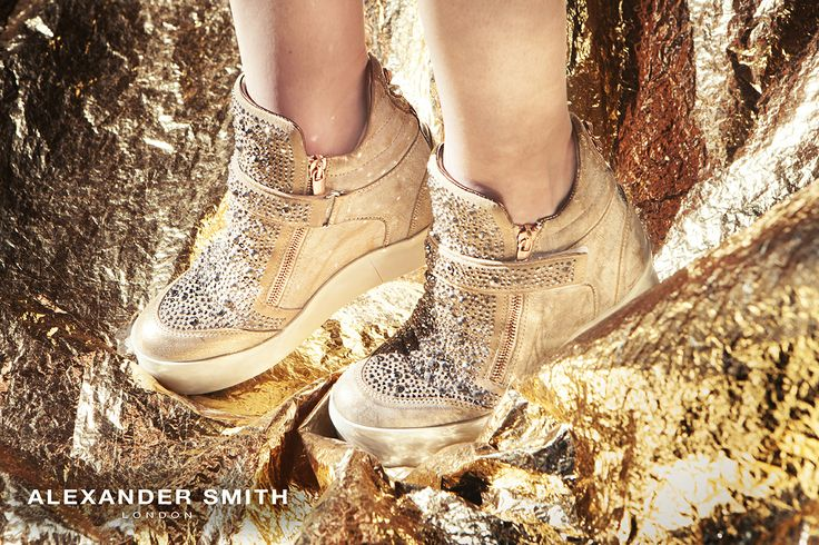 A227 Metal Oro. Metal flash, golden lightning and silver sparks: this is #AlexanderSmith new collection