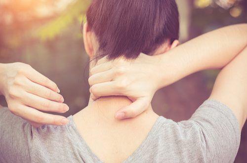 肩こりは慢性化すると眼精疲労や頭痛の原因となることも多いのでひどくなる前に少しずつ改善したいですね。「肩こりがひどい。」「今のこの痛みをなんとかしたい!」という方には、肩や首に擦り込んで痛みを和らげるレシピをご紹介します。ヨガのポーズと併用して肩こりを改善していきましょう !