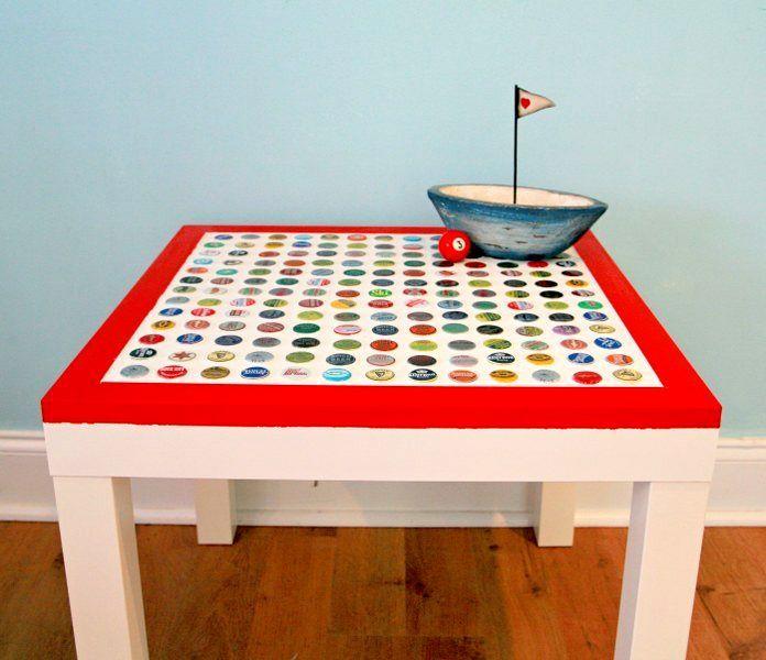 стол с металлическими крышками