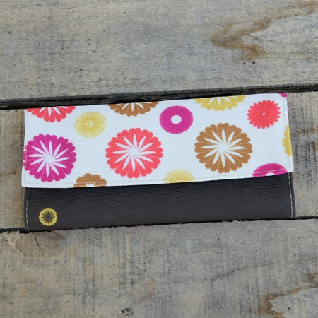 A tobacco pouch full of retro daisies and spring colors.