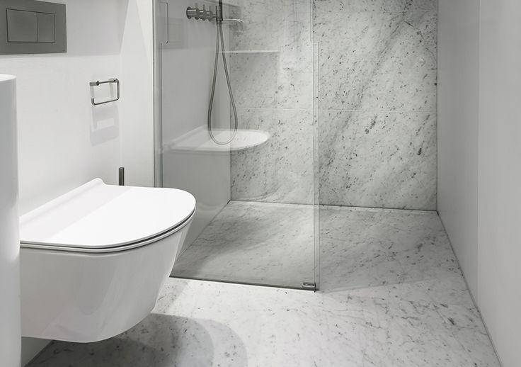 Stilrent badeværelse med Unidrain linjeafløb og Vola armaturer. Unidrain HighLine #Mette Julie ...