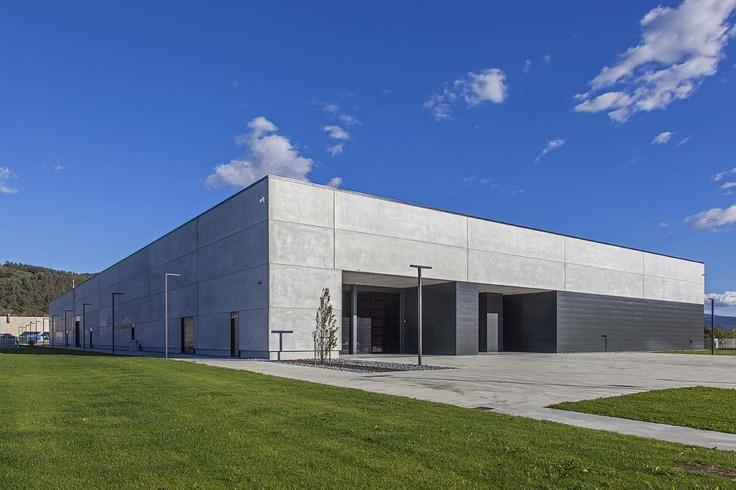 Pannelli orizzontali di rivestimento in cemento armato a marchio Baraclit.
