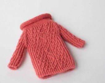 Había tejido a mano color lila suéter con manga larga para Blythe, muñeca 1/6 de la escala.  Punto solamente de la nueva alta calidad del hilado. 50% lana, 50% acrílico  Instrucciones de cuidado; Mano Lave en agua jabonosa tibia y endecha plana para secar.  IMPORTANTE; Como todos los monitores muestran colores diferentemente el color puede variar ligeramente.  Hecho a mano de humo gratis en casa, pero tienen un gato.  Espero que te gusta