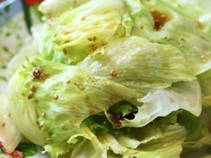 レタスだけの簡単なサラダですが、後を引く美味しさです! レタスを50度洗いするところがポイントです。シャキシャキ感を味わってください。
