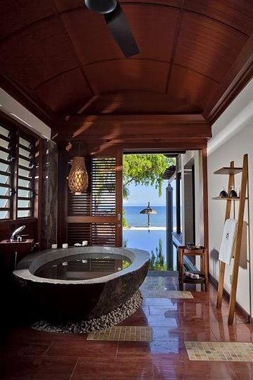 Wanna z hotelu. Już teraz możesz u siebie postawić na niezwykle oryginalne pomysły na łazienkę rodem z ekskluzywnych hoteli i apartamentów. Tutaj mamy przykład takiej łazienki, w której od razu uwagę zwraca wyjątkowa wanna Wygląda ona niczym z wulkanicznej lawy lub też kamienia szlachetnego. Dzięki temu stanowi nie tylko funkcjonalny, lecz także i stylowy element wyposażenia łazienki. #łazienka #hotel #styl #dekoracje ##kamienna ##wanna