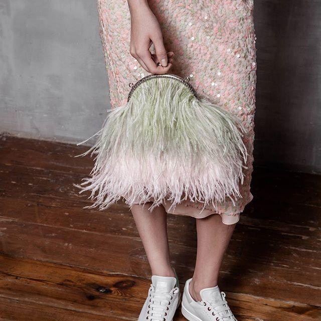 Помимо стильных #totallook 'ов в эксклюзивной коллекции T-Skirt for Aizel @aizel_ru представлены аксессуары, как никогда актуальные этим летом 👌🏻 Например, вот такой клатч с цепочкой и страусиными перьями. 💕