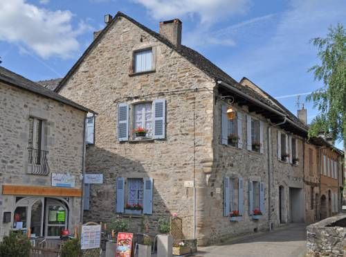 L'Appartement, L'Ancienne Maison du Notaire Najac L'Appartement, L'Ancienne Maison du Notaire offers accommodation in Najac, 35 km from Albi and 50 km from Rodez. Guests benefit from patio and a terrace. Free WiFi is offered .