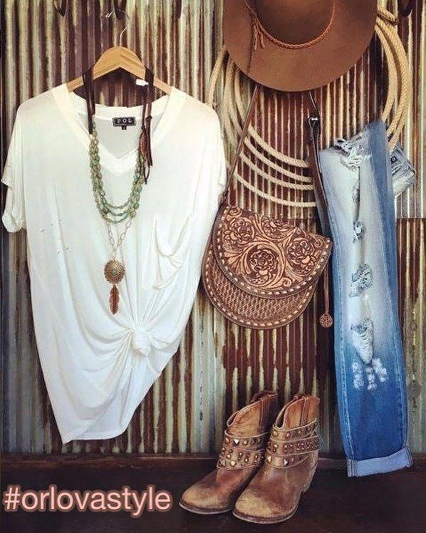 Стиль Вестерн(одна из разновидностей Кантри)  Формы: джинсовые брюки юбки или шорты. Рубашки в крупную бело-синюю или бело-красную клетку. Жилетки расклешенные юбки. ЦВЕТА: коричневый (преимущественно в теплых тонах: кофейных кирпичных терракотовых) белый синий красный. ФАКТУРЫ: простые матовые. Кожа замша хлопок джинса лен матовый шелк. РИСУНКИ: доминируют однотонные ткани. Вкрапления крупной клетки. АКСЕССУАРЫ: Сапоги-казаки туфли на высоком устойчивом каблуке с пряжкой через ногу…