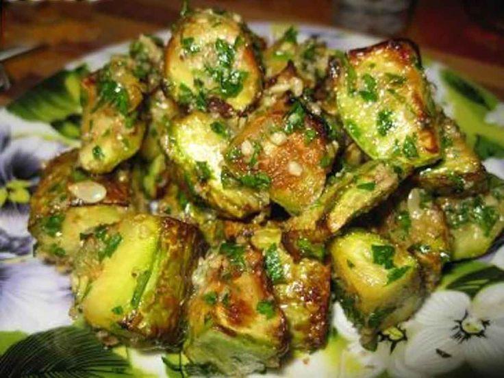 Dovlecelul este o legumă gustoasă, cu puține calorii și se prepară foarte repede. Echipa Bucătarul.tv vă oferă o rețetă delicioasă de post, care poate înlocui cu brio produsele de carne. Dovleceii scăldați în sos de nuci cu usturoi sunto gustare delicioasă, crocantă și aromată care poate fi servită ca atare sau împreună cu paste. Această …