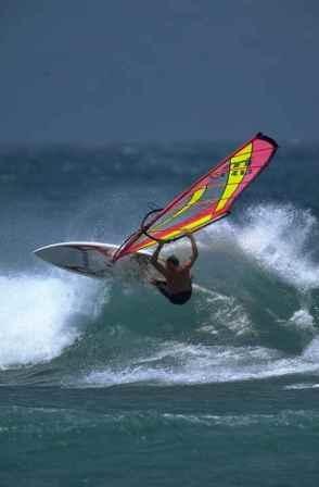 Windsurf consiste en deslizarse sobre el agua en rotación libre sobre una tabla con vela, que permite manipular el aparejo en dirección del viento.