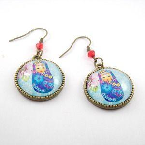 Boucles d'oreille métal bronze, cabochon en verre aux motifs poupée russe bleu à fleurs sur fond bleu ciel et fleurs
