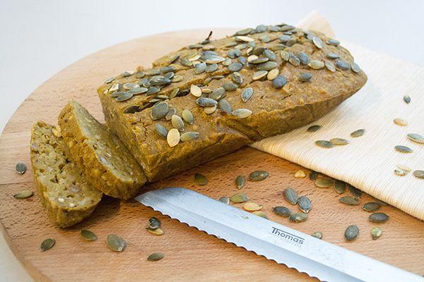 Pompoencake! Leuk voor in de herfst of winter het maakt niet uit. Deze gezonde cake is rijk aan vitaminen, mineralen en omega 3 vetten. Lekker simpel recept