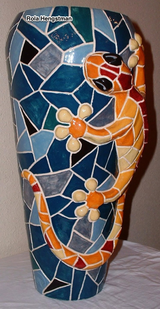 Zelfgeboetseerde keramiekvaas met mozaiekeffect met klimmende salamander in relief  44 x 22 cm