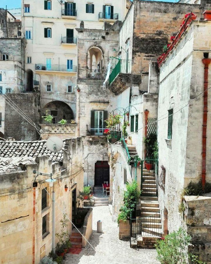 Gelegen in het prachtige landschap van de zuidelijke regio Basilicata, ligt op de rand van een diep ravijn de stad Matera en is beroemd om zijn Sassi. In deze, een van de meest karakteristieke sted…
