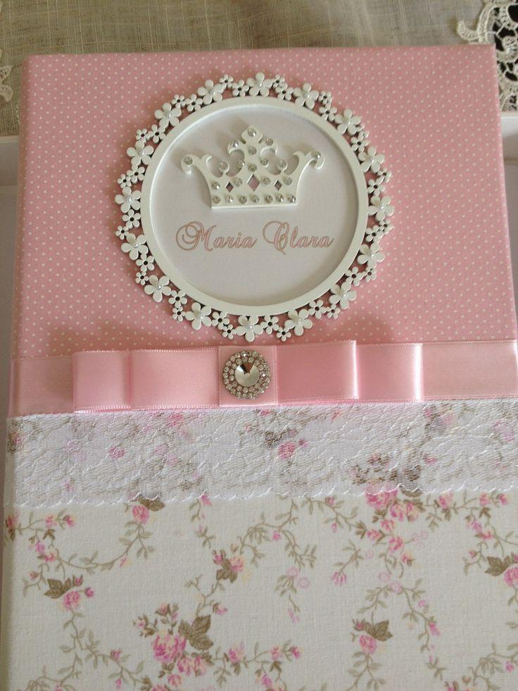 Caderno para maternidade personalizado, forrado em tecido e decorado com fita, renda e coroa em resina. Acompanha caixa em mdf decorada em combinação com o caderno.