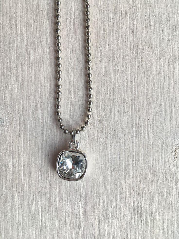 Mooie handgemaakte crystal square Swarovski  ketting.   Lengte van de ketting is 45cm.