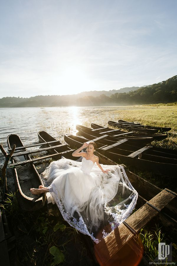 A beautiful bride, a nice gown, amazing color of sunrise and some very old boats in a stunning lake of Bali. the result was fabulous :)