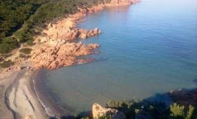 """Campeggio Coccorrocci - Sardegna. Sulla costa orientale della Sardegna, in provincia Ogliastra, sorge direttamente sul mare il Campeggio Coccorrocci, nella località Marina di Gairo, di fronte a se, a pochi metri, si trova la famosa spiaggia di """"Coccorrocci"""" (ampia Km. 4) composta da piccoli ciottoli di pietre lisce e lucenti."""