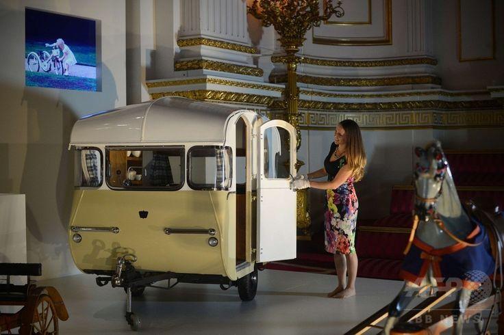 ロンドン(London)のバッキンガム宮殿(Buckingham Palace)で展示された、旅行家たちの親睦団体「キャラバンクラブ(Caravan Club)」が、1955年にチャールズ皇太子(Prince Charles)とアン王女(Princess Anne)へ贈ったキャンピングカーのミニチュア(2014年7月24日撮影)。(c)AFP/CARL COURT ▼25Jul2014AFP|英王室メンバーの子ども時代を振り返る展覧会、バッキンガム宮殿 http://www.afpbb.com/articles/-/3021539