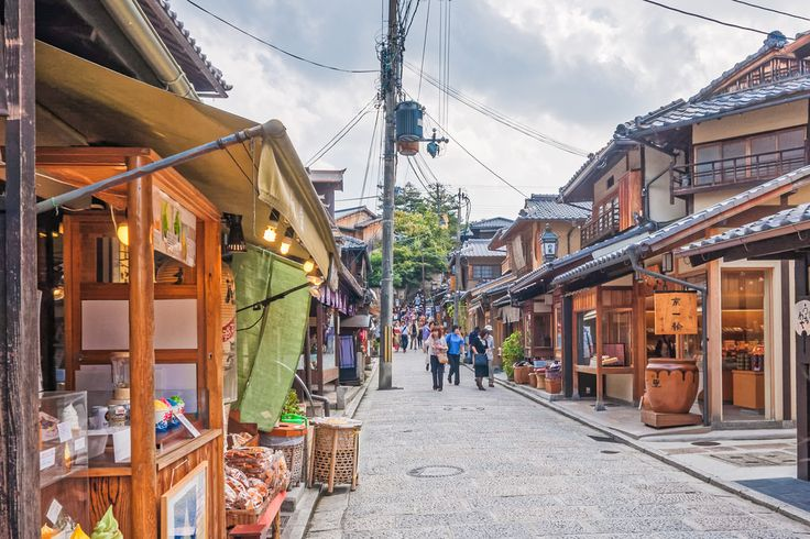 A crowd at Ninenzaka - This photo is published under Creative Commons Attribution-NonCommercial 3.0 license. Copyright Sami Hurmerinta / Explodingfish.net. #japan #kyoto #travel  #streetphotography #travelphotography #higashiyama #ninenzaka #shopping