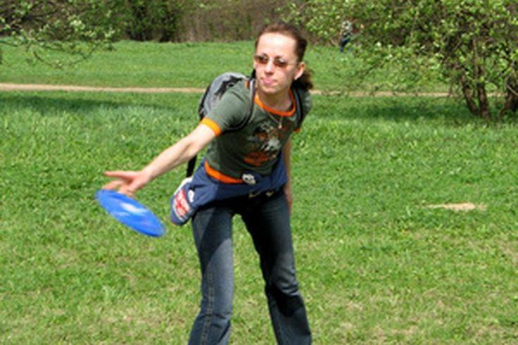¿Cómo jugar fútbol frisbee? . Como cualquier deporte que se desarrolló de otra actividad, las reglas del fútbol frisbee son algo fluidas. Otras mejoras en los fundamentos de este deporte es que se ha convertido en un deporte reconocido internacionalmente al que llamaron Ultimate, pero se puede ...