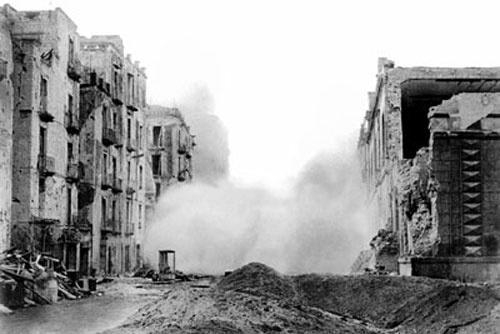 La città disastrata dopo il bombardamento degli americani, avvenuto prima che le…