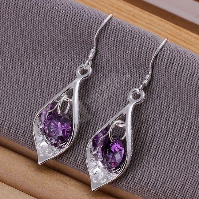 Líbivé náušnice ve tvaru slz s fialovými kamínky.
