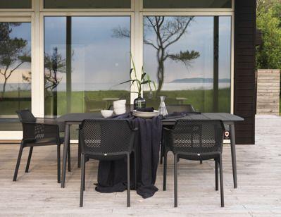 Vackra möbler med retrokänsla hittar du i serien Grandby. Tillverkade i aluminium med sittmöbler som har flätad konstrotting i både sits och rygg. Serien består av en 3-sits soffa, två fåtöljer och ett soffbord.