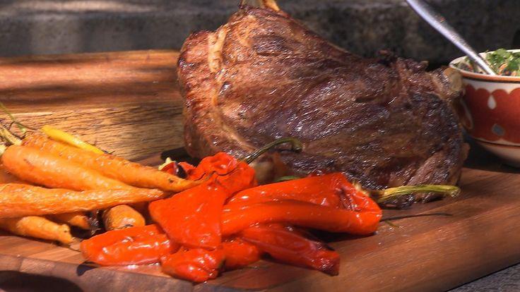 Chef-kok Ramon Brugman kookt lekker buiten. Hij maakt een mega steak, een 'Tomahawk' genoemd. Daarnaast maak hij zelf heerlijke chimichurri! Wil jij dit ook maken of opzoek naar een ander recept? Kijk op de site! #steak #vleesgerechten #bbq #recepten