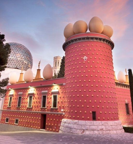 """Ch 6. Pg 22. """"He paseado por el centro de Figueres y he entrado en el museo Dalí."""" Esta pintura represente el museo de Dalí."""