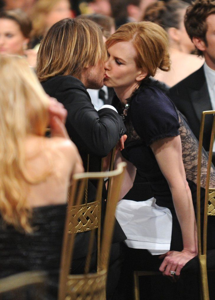 Pin for Later: Nicole et Keith font voyager leur romance australienne dans le monde entier !  Big bisou en janvier 2011 aux SAG Awards à LA.
