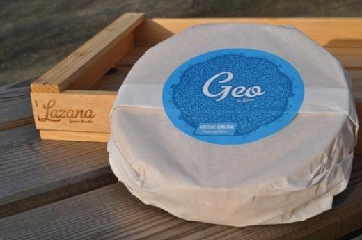 GEO de Lazana Queso de leche cruda de vaca, pasta prensada, corteza natural lavada Piezas de 900 gramos aproximadamente, moldeo manual 60 días de maduración