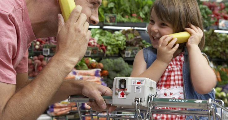 Actividades para que los niños preescolares aprendan mediante un juego a hacer las compras. Las actividades de juego relacionadas a hacer las compras le permiten a los niños pequeños participar en juegos de simulación que pueden enseñarles habilidades en algunas áreas clave. La mayoría de las actividades requieren alimentos de juguete, incluyendo frutas y verduras de plástico, cajas vacías de alimentos, envases de leche y cartones de ...