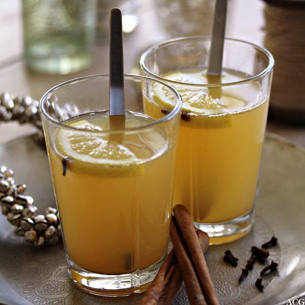 """Eplegløgg er et friskt alternativ til """"vanlig"""" gløgg. Eplejuice, deilige kryddersorter og en klunk rom er alt som skal til for å skape en deilig vinterpause"""