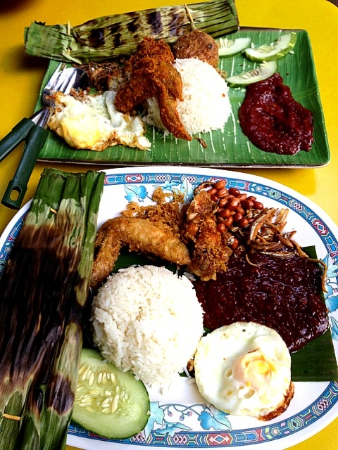 Nasi lemak. salah satu hidangan khas S`pore yang wajib dicicipi langsung di S`pore. di Indonesia kitta mengenal nasi uduk di S`pore disebut nasi lemak jadi wajib mencicipi rasanya yang enak ini.  #SGTravelBuddy