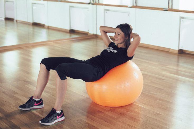 Работаем над всеми мышцами: домашняя тренировка с фитнесболом.