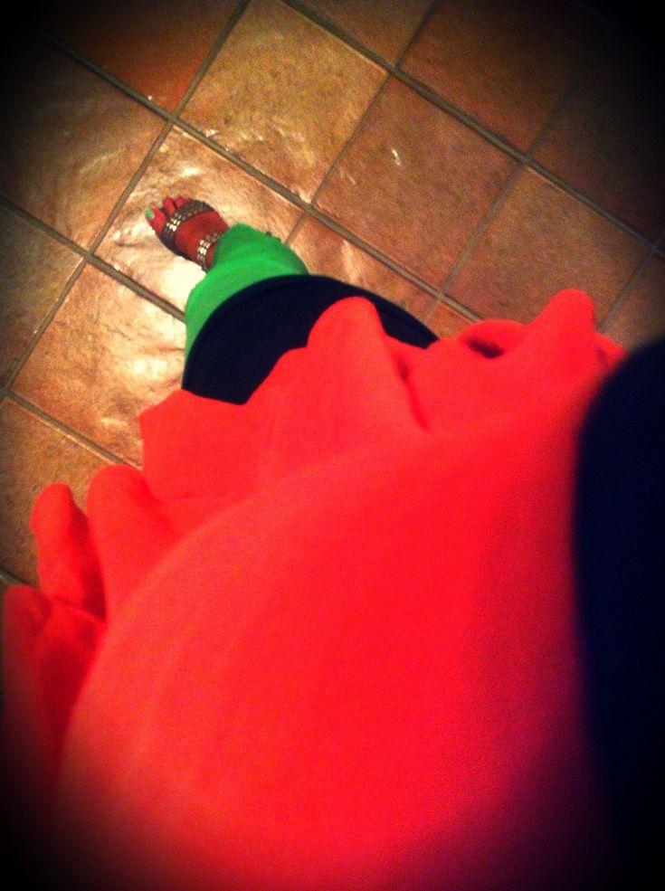 Rosso Ardigna:  Canotta nera – Manila Grace  Blusa rossa – Manila Grace  Pantaloni verdi – Zara  Sandali borchiati – Ash  Smalto verde tiffany – Debby Colorplay 81