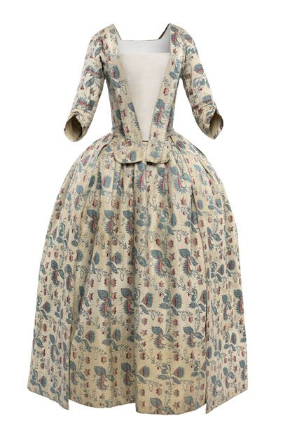 Silk tobine dress, woven with a regularly repeating design of stylized flowers, 18th century  © CSG CIC